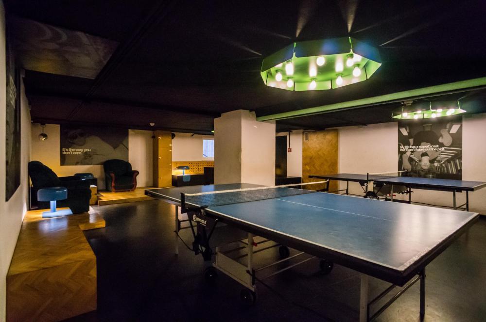 Ping-pong, foosball és karaoke itt